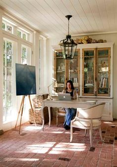 Looking for sunroom office ideas and inspiration? {} Whether you own a house issue or do something from home you might want to consider these sunroom office ideas for a productive fake environment! Home Office Design, House Design, Office Designs, Sunroom Office, Cozy Office, Beach Office, Patina Style, Saint Sauveur, House Journal