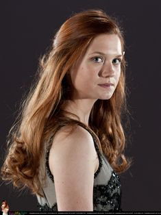 Bonnie Wright as Ginny Weasley in Harry Potter and the Chamber of Secrets. *** Click image for more details. Gina Harry Potter, Harry Hermione Ron, Images Harry Potter, Harry And Ginny, Harry Potter Characters, Harry Potter Memes, Harry Potter World, Bonnie Wright, Bonnie Francesca Wright