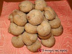 Σε μια αναζήτηση ενός διαφορετικού σνάκ χωρίς βούτυρο και αυγά ανακάλυψα αυτή τη συνταγή. Επίσης συντέλεσε το γεγονός της επιστροφής μιας ξαδέρφης μου από Ιταλία η οποία μου εξυμνούσε κάτι ζαχαρένια μπισκοτοκουλουράκια από κρασί, τα οποία τα είχαν οι περισσότεροι φούρνοι. Greek Cookies, Vegan Biscuits, Greek Sweets, Biscuit Cookies, Christmas Sweets, Greek Recipes, Going Vegan, Bakery, Favorite Recipes