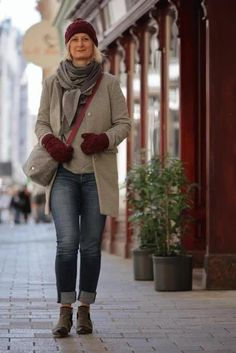 Crossbody Tasche: Handtasche aus österreichischem Loden (100% Merinowolle )und mit Details in farbigem Leder. Passend für Business und Freizeit. Passend zum modernen Outfit und zu Tracht und Dirndl. Handbag made from Austrian loden, 100% merinowool, details from leather. Bag, Crossbody Bag, suitable for business and leisure. Fitting for modern outfit and traditional clothes like Dirndl. #crossbodybag #shoulderbag #sustainablefashion Moderne Outfits, Winter Outfits, Casual Outfits, Baby Accessoires, Clutch, Shopper, Cross Body Handbags, Crossbody Bag, Hipster
