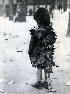 petite fille aux feuilles mortes