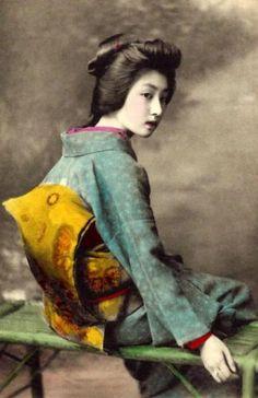 Keindahan salah seorang geisha di Tokyo yang paling populer telah diawetkan dalam serangkaian kartu pos menakjubkan yang diambil lebih dari ...