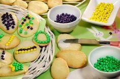 In plaats van #paaseieren schilderen kun je ook deze paaskoekjes bakken, natuurlijk in de vorm van eieren. Leuk om samen te #versieren! #pasen Cupcakes, Cookies, Ethnic Recipes, Desserts, Seeds, Crack Crackers, Postres, Cupcake, Biscuits