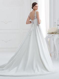 Romantisches Brautkleid mit Spitzenapplikationen auf Oberteil  und Rock und raffinierter Rückenansicht. Rock, Wedding Dresses, Fashion, Gown Wedding, Bridal Gown, Curve Dresses, Bride Dresses, Moda, Bridal Gowns