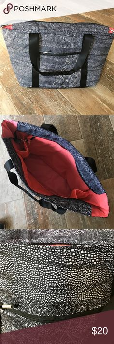 Nike tote Patterned Nike Golf tote, with tons of room inside for sports, beach or any activity.  Zippered laptop/iPad pouch inside, as well as mesh pockets!  Never used! Nike Bags Totes
