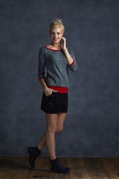 Tucked+Sleeve+Black/Gray+and+Red+Tričko+je+ušité+z+pružnéhobavlněného+úpletu+s3/4+rukávema+mírně+podkasané.+Tričko+pruží+Barva:šedá+s+černou+mřížkou,+lemováníčervená+Materiál+95%+bavlna+5%+elastan+Velikost+XS:+délka+trika+62cm,+přes+prsa+40cm,šířka+nad+nápletem+43cm,+náplet+38cm,+délka+rukávu+41cm+Velikost+S:+délka+trička+64cm,+přes+prsa+45cm,...