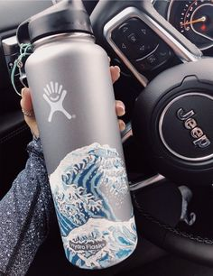Painting my hydro flask? That's a strong maybe but I love this Water Bottle Art, Cute Water Bottles, Decorated Water Bottles, Painted Bottles, Water Bottle Design, Drink Bottles, Hydro Painting, Bottle Painting, Diy Painting