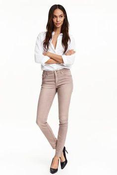 Pantalon stretch: Pantalon 5 poches en twill super extensible lavé. Modèle avec jambes fines et taille de hauteur classique.
