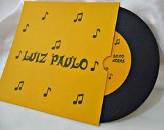 Disco feito em papel color plus metalizado de alta gramatura Capa em papel color plus 180g pode ser feito na cor que desejar Pedido mínimo 30 unidades R$ 5,00