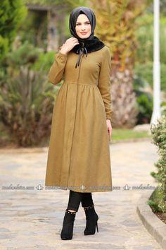 Seyyar Kürklü Kaban EDF4007 Hardal Iranian Women Fashion, Muslim Fashion, Fashion Wear, Modest Fashion, Modest Dresses, Modest Outfits, Cool Outfits, Modest Clothing, Stylish Hijab