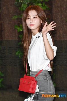 Another Red Velvet member who served a chic laidback look at the airport is Seulgi. Relaxed Outfit, Red Velvet Seulgi, Plain Tops, Airport Style, Airport Fashion, Printed Denim, Girls In Love, White Tees, Black Tank Tops