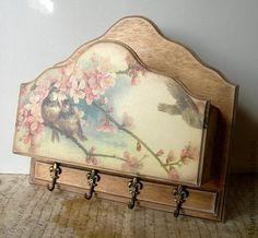 Ключница `Весна`. Ключница-кармашек с 4 металическими крючками декорирована в технике декупаж. Покрытие матовое.