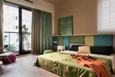 Una pannellatura tessile che corre lungo tutta la parete su cui poggia il letto. Una soluzione per realizzare una decorazione con i propri colori favoriti e portare una sensazione di morbidezza alla stanza