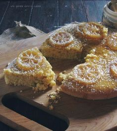 Lemon Cornmeal Cake with Candied Lemons. Toma la version de Design Sponge y agrega detalles. Muy buena descripcion de como confitar los limones.