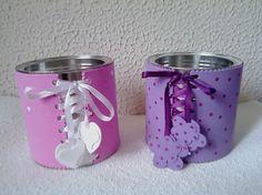 Latas decoradas com EVA e fitas.