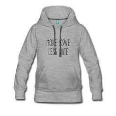 Diese Welt benötigt mehr Liebe, viel mehr Liebe. Verbreitet dieses Statement mit diesem Hoodie! • Kuschelig warmer Kapuzenpullover für Frauen