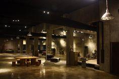 물성에 대한 또 다른 실험. 콘크리트0023은 붐바이에 본사를 둔 패브릭 디자인, 제조를 하는 회사의 전시 및 갤러리들 담당하는 장소입니다. 이 공간의 목표는 현대적인 모던공간의 주 재료인 콘크리트와 내부공간을 이루는 다양한 오브제-의자, 테이블, 쇼파, ..-와의 상관관계를 정의하는 곳입니다. reviewed by SJ 'Concrete 0023′ is ..