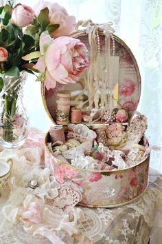 Vintage hatbox - wooden spools and lace | ~ A Vintage Life ~ | Pinter…)