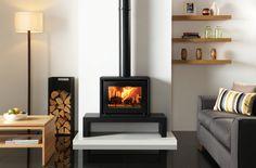 Le poêle à bois Riva Studio 500 Freestanding de Stovax sur banc Riva 100 Bas. Également en photo : Le panier à bûches Moyen de Stovax.