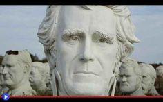 Il buco nelle teste dei 43 presidenti americani C'è una diffusa credenza popolare, soprattutto nei grandi Stati Uniti d'America, secondo cui il mondo sarebbe segretamente guidato dai rettiliani. Questa razza aliena dotata della capacità di farsi p #società #strano #statue #arte #scultura