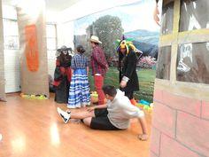 """Alumnos de la Escuela Secundaria No. 177, """"Coyolxauhqui"""", en Iztapalapa, representando """"Francisca y la Muerte"""", adaptación del cuento del escritor cubano Onelio Jorge Cardoso, como parte de la celebración del Día de Muertos. El ejercicio de actividades artístico culturales en el entorno de las tradiciones populares mexicanas refuerza la identidad y el sentido de pertenencia en nuestros estudiantes, y estimula el desarrollo de la sensibilidad artística."""