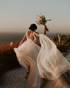Alchemia Wedding : photographe et vidéaste mariage Bridal Poses, Wedding Poses, Wedding Photoshoot, Bridal Portraits, Wedding Shoot, Wedding Couples, Crazy Wedding, Dream Wedding, Wedding Day