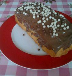 Wat moet je nou doen met al die chocolade paaseitjes die over zijn? Nou, je bakt een cake, smelt de paaseitjes en giet dit over de cake :)