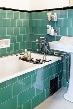 Inbyggt badkar i tjugotalsbadrum Field tile jade breeze + jet black albert 1930s Bathroom, Art Deco Bathroom, Upstairs Bathrooms, Vintage Bathrooms, Bathroom Towels, Bathroom Closet, Bad Inspiration, Bathroom Inspiration, Blue Green Bathrooms
