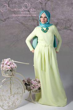 Сегодня производители мусульманской одежды, разрабатывая свои коллекции, учитывают привычные традиции исламской одежды и модные мировые предпочтения, стараются доказать, что хиджаб – это стильно и удобно! Хиджаб может быть разных стилей – деловой, классический, среди них есть брючные ансамбли, платья и сарафаны.