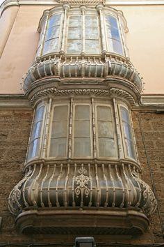 Cádiz . Balcones y cierros. Cierro tipo abombado o de buche de palomo. Callejón del tinte.