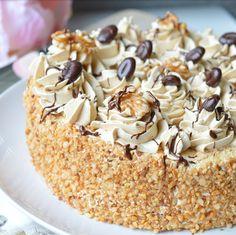 Mokkataart 1x met mascarpone en slagroom, 1x met merengue botercreme Mini Cakes, Cupcake Cakes, Baking Recipes, Cake Recipes, Birtday Cake, Italian Cake, Sweets Cake, Mocca, Pastry Cake