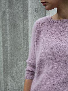 En sofistikert og feminin strikket genser i pusemyk angora. Genseren har trekvartlange ermer og er raglanfelt.
