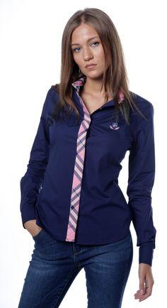 Camisa manga larga lisa en color azul marino con detalle de cuadros rosa en la…