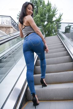 Mode Des Leggings, Little Girl Leggings, Superenge Jeans, Sweet Jeans, Cute Asian Girls, Beautiful Asian Women, Girls Jeans, Sexy Legs, Asian Woman