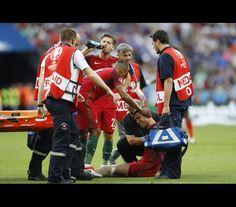 Cristiano Ronaldo sai do relvado em lágrimas