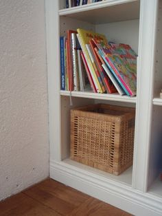 Engelska villan: Platsbyggd bokhylla, IKEA Billy med lister ger platsbyggd känsla.
