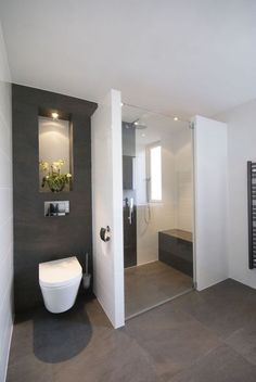 Contemporary bathroom design or the bathroom one of the very visual pieces of a contemporary home! The bathroom offers the possibility to be equipped with bathroom elements at the forefront of design and create an environment deeply rooted in innovation Toilette Design, Contemporary Bathroom Designs, Modern Bathrooms, Modern Design, Contemporary Interior, Tiny Bathrooms, Contemporary Bathroom Inspiration, Contemporary Houses, Upstairs Bathrooms