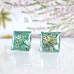 Bijuterii lucrate manual care conservă plante din Flora României într-o rășină transparentă Romania, Turquoise, Pearls, How To Make, Design, Interiors, Plant, Green Turquoise, Beads