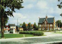 Gemeentehuis :  Wilhelminaplein, met de bushalte.