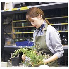 #인스타일_꽃을좋아하는너에게 오늘은 런던으로 가볼까요? 오스트리아 빈에서 살고 있는 배우 #한지혜(@jh_han)가 편집부에 에세이 한편을 보내왔어요. 쎄종플레리가 주최한 플로리스트 쉐인 코널리의 수업에 자진해서 신청 그곳에서 꽃과 사람으로부터 받은 영감을 빼곡히 써 내려갔답니다. 쉐인 코널리 선생님은 세계적인 플라워 아티스트예요. 캐서린 왕세손 부부의 결혼식 등 영국 왕실의 꽃을 담당하고 V&A 뮤지엄을 전담하고 있죠. 꽃의 연금술사와 함께한 한지혜의 스토리 한번 들어볼까요? 에세이는 홈페이지에서(instylekorea.com) -editor HJH #플라워클래스 #쎄종플레리 @saison_fleurie #쉐인코널리앤스튜디오 @shaneconnollyandco #꽃 #꽃스타그램 #like4like  via INSTYLE KOREA MAGAZINE OFFICIAL INSTAGRAM - Fashion Campaigns  Haute Couture  Advertising…
