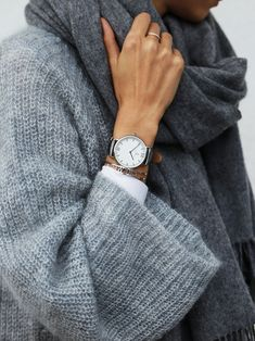 watch for her | gift idea | cozy knit | grey | silver details | wool scarf | Campus Silver Black Leather by Kapten & Son | picture by