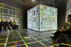 Mondriaanhuis installatie, interessante opstelling (door beeld ook op vloeren & muren door te laten gaan)
