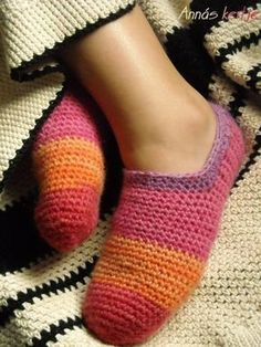 Free Crocheted Slipper Pattern...Horgo-blog: Szivárványos mamusz