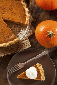 Make this Thanksgiving feast special with home-made Pumpkin Pie. Total Time: 3 hr 50 min Prep: 35 min Let cool: 1 hr Cook: 2 hr 15 Calabaza Recipe, Best Food Gifts, Christmas Food Gifts, Pumpkin Pie Recipes, Food Website, Fall Treats, Chef Recipes, Fall Recipes, Fun Desserts