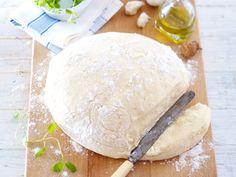 Vier Zutaten und ein wenig Handarbeit: Wir zeigen, wie Sie aus Mehl, Salz, Hefe und Olivenöl einen geschmeidigen Pizzateig zubereiten.