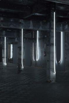 Una instalación luminosa transforma el interior de un rastro en una crítica al narcisismo | The Creators Project