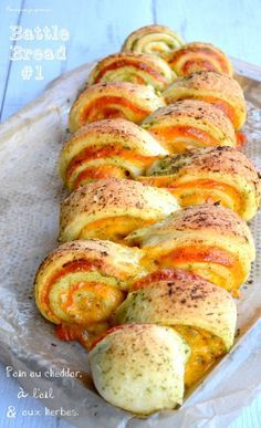 Pain au cheddar, à l'ail & aux herbes : la recette facile (Cheddar bread with garlic and herbs) The recipe is in French but you can have it translated on the page easily enough), Cheddar, Pan Relleno, Herb Bread, Bread And Pastries, Finger Foods, Food Inspiration, Love Food, Food To Make, Food Porn