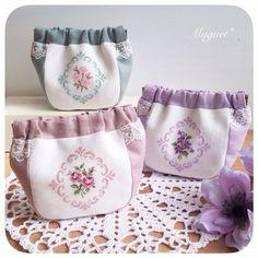 . 本日21時頃よりバネポーチ3点を ショップにて販売いたします。  ショップでは他の写真も ご覧いただけますので、 気になるお品物がありましたら、 ぜひチェックしてみて下さいね(*^^*). . ショップはプロフィールより ご覧になれます。  #刺繍 #クロスステッチ #花 #スミレ #バラ #桜 #ポーチ #バネポーチ #布小物 #ネットショップ #ハンドメイドショップ #手作り #ハンドメイド #crossstitch #embroidery #handmade #diy #flower #netshop