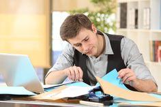 Eine Clean Desk Policy ist immer dann unumgänglich, wenn mit personenbezogenen Daten gearbeitet wird. Aber dieses Prinzip hilft auch dabei, Ordnung zu halten...  http://karrierebibel.de/clean-desk-policy/