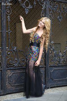 Farebné flitrované večerné šaty bez ramienok